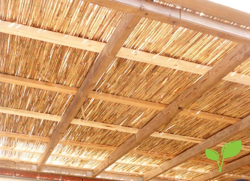 Rieten plafond onder de overkapping