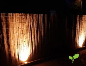 Gespleten bamboemat schutting verlichting